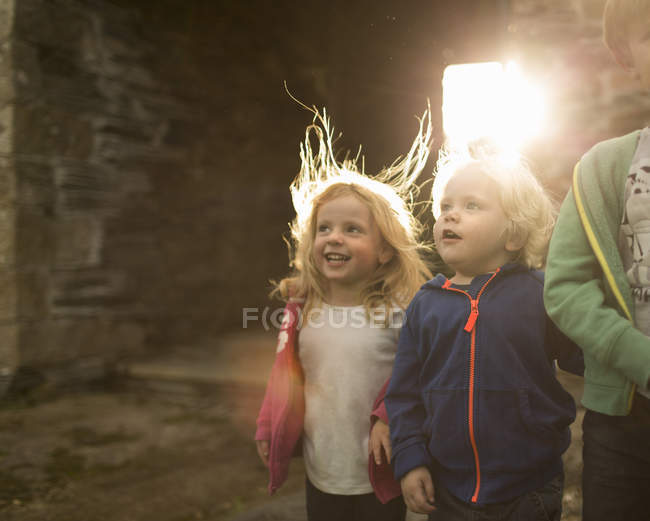 Children on a farm, looking upwards — Stock Photo