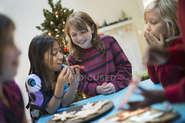 Children decorating Christmas cookies — Stock Photo