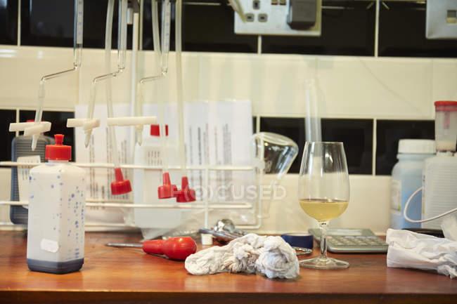 Laboratório vinícola. Uma bancada — Fotografia de Stock