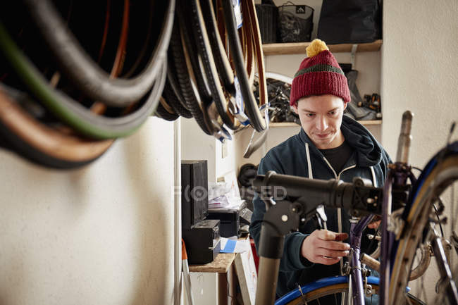 Людина, ремонт велосипедів в цикл магазин — стокове фото