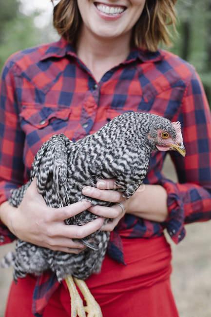 Frau hält eine graue Henne — Stockfoto
