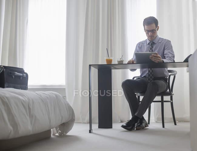 Mann arbeitet in einem Hotelzimmer — Stockfoto