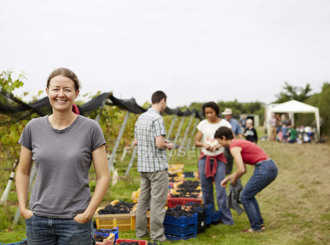 Group of young people, grape pickers — Stock Photo