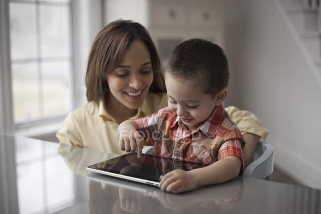 Mère et enfant avec tablette numérique — Photo de stock