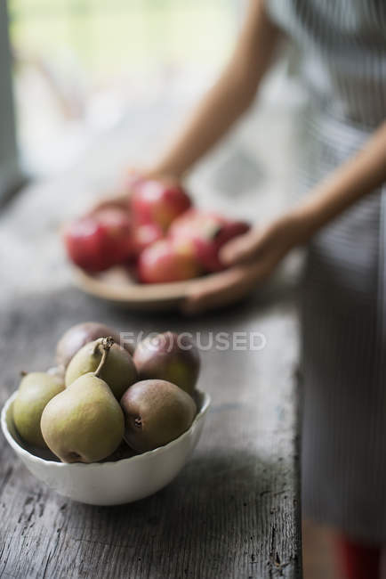 Tray of red apples.  Bowl of pears. — Stock Photo