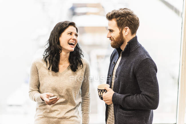 Two people talking — Stock Photo