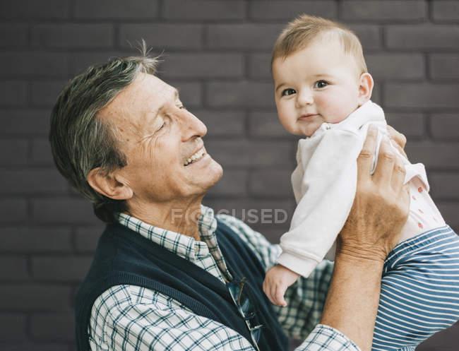 Petite-fille de grand-père et bébé — Photo de stock