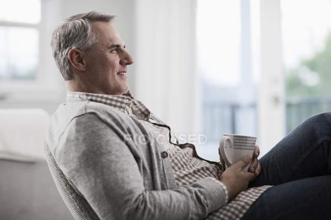 Зріла людина відпочинку з чашкою чаю — стокове фото