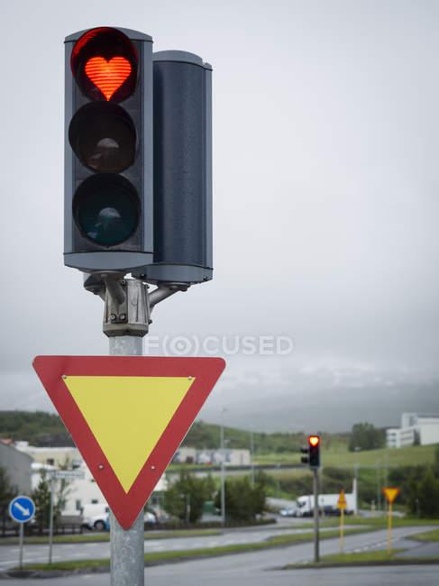 Señal de tráfico en la carretera - foto de stock