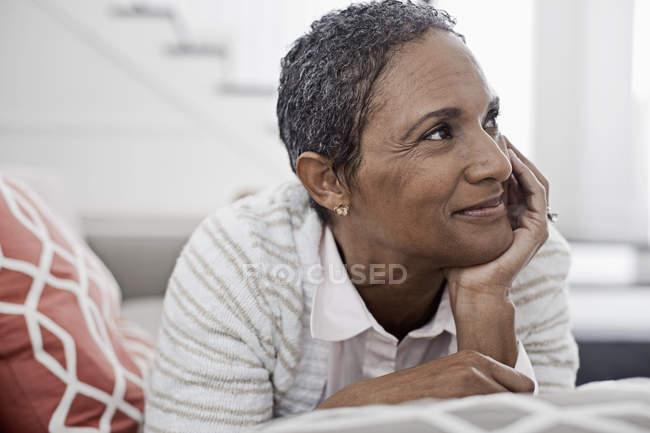 Женщина дома лежит на диване — стоковое фото