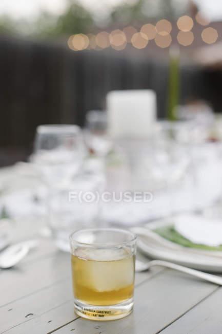 Пить на столе в саду . — стоковое фото