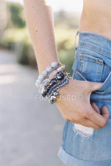 Mulher em calções jeans — Fotografia de Stock