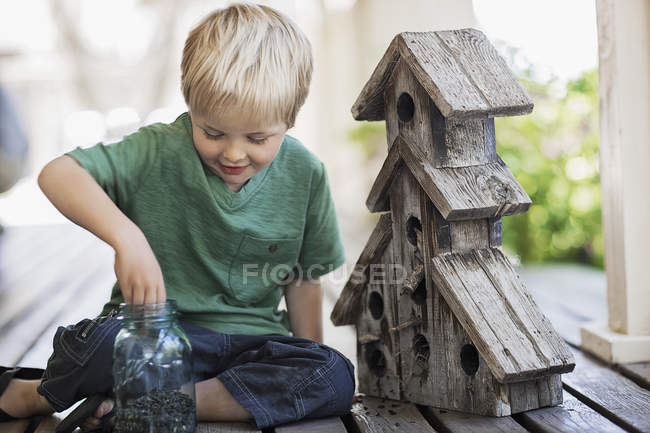 Criança, examinando uma caixa de bug — Fotografia de Stock