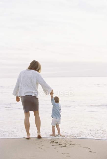 Mujer jugando con hijo - foto de stock