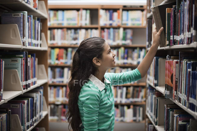 Fille regardant livres — Photo de stock