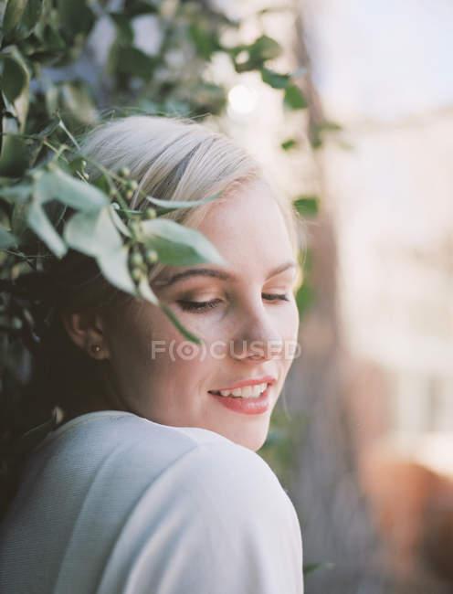Bella donna con un mezzo sorriso — Foto stock