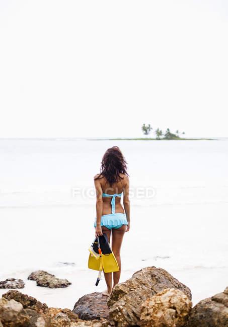 Женщина, держащая сноркелинга — стоковое фото