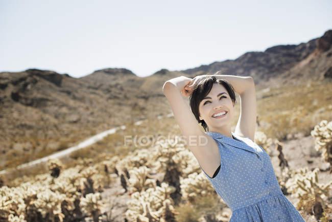 Mulher em uma paisagem deserta . — Fotografia de Stock