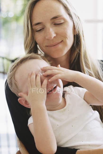 Ragazzo seduto sulle sue madri in grembo — Foto stock