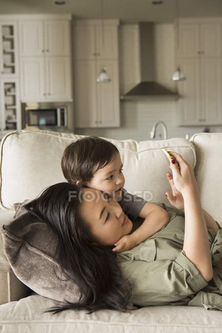 Жінка з Молодий син — Stock Photo
