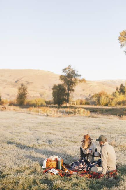 Пара з зими пікніка — стокове фото