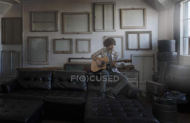 Mann, eine Gitarre zu spielen — Stockfoto