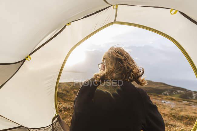 Mann sitzt im Zelt — Stockfoto