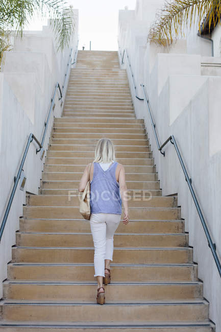 Блондинка Жінка вигулює — стокове фото