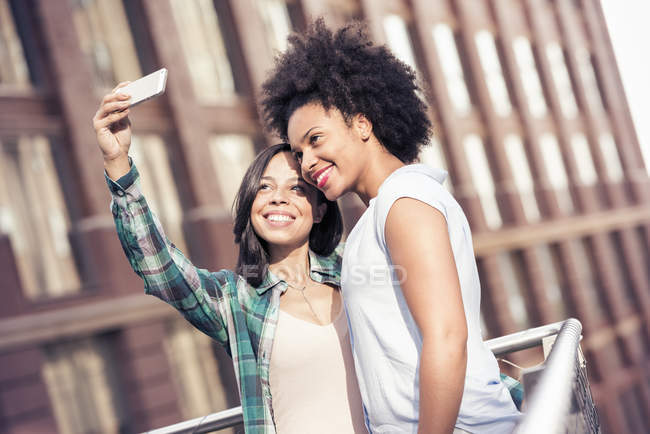 Women posing and taking a selfie in the city — Stock Photo