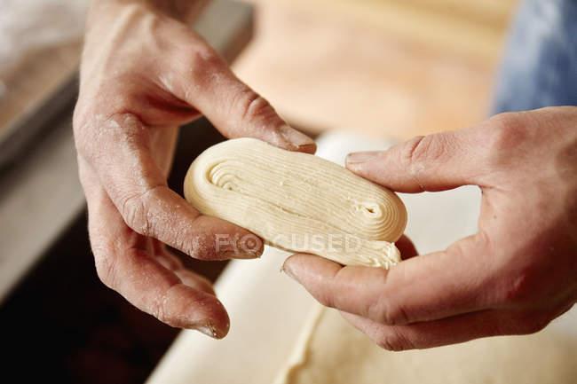Bäcker Holding Teig — Stockfoto