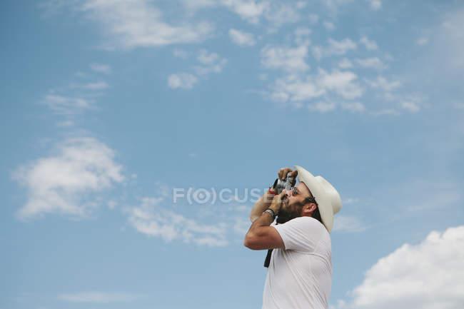 Man taking a photograph — Stock Photo