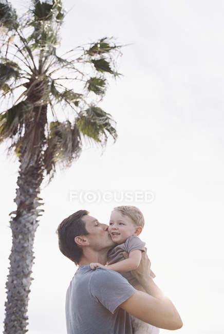 Mann küsst Sohn auf die Wange. — Stockfoto