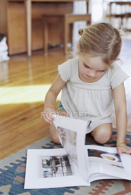 Girl reading a lifestyle magazine. — Stock Photo