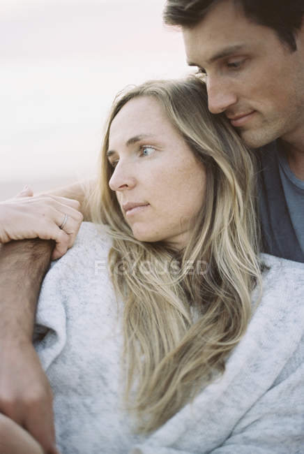 Man and woman sitting on a beach — Stock Photo