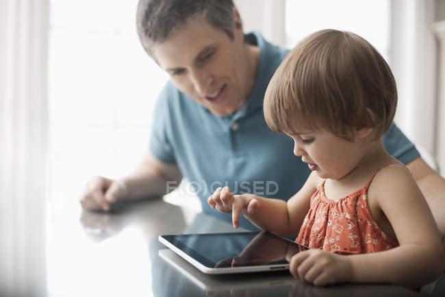 Мужчина и ребенок с цифровым планшетом — стоковое фото