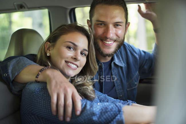 Мужчина и женщина сидит внутри автомобиля — стоковое фото