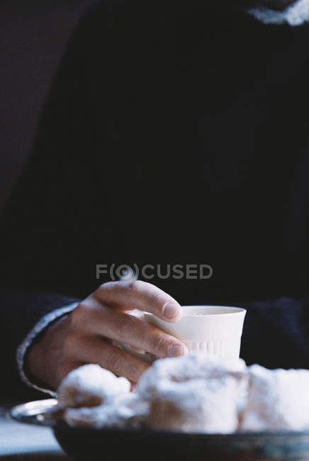Man holding cup — Stock Photo