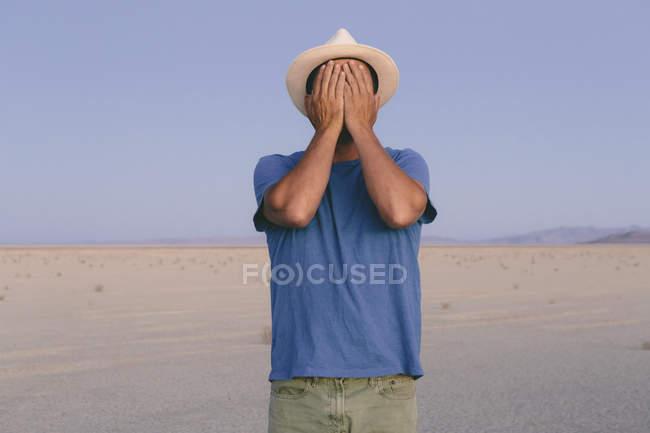 Mann in einem offenen Wüstenlandschaft — Stockfoto
