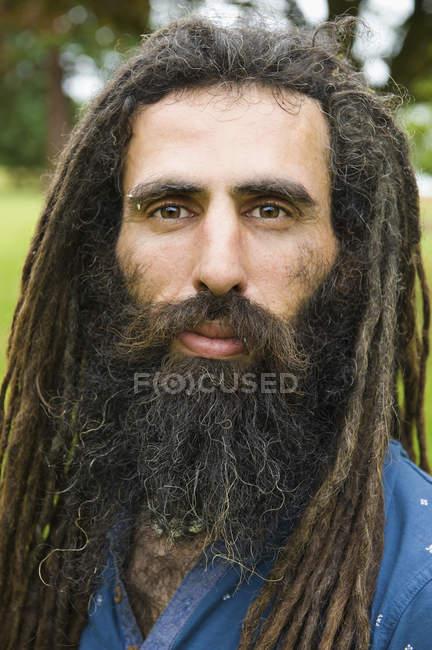 Homem com longos dreadlocks — Fotografia de Stock