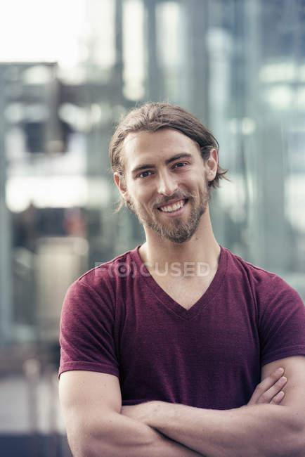 Человек на городской улице — стоковое фото