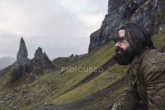 Homem em uma inclinação com um pano de fundo dos pináculos de pedra — Fotografia de Stock