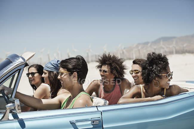 Друзів в автомобілі на шляхах — стокове фото