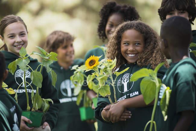 Enfants apprennent sur les plantes et fleurs — Photo de stock