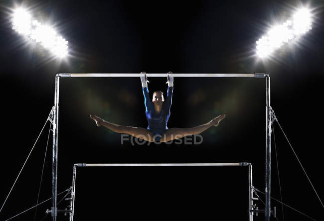 Woman performing on parallel bars — Stock Photo