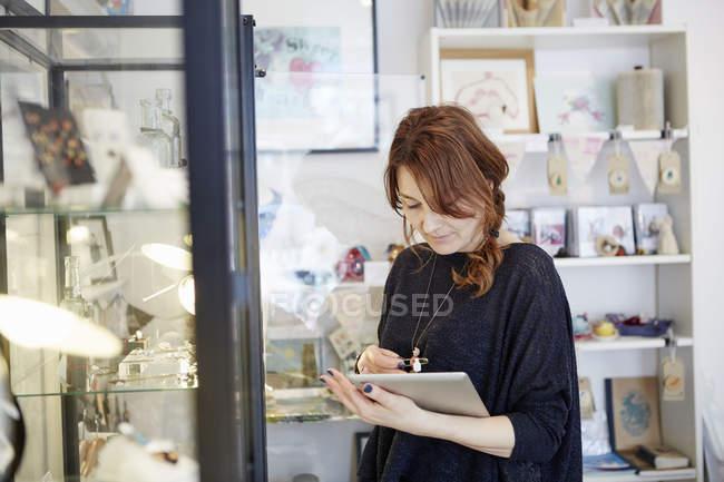 Frau eines digitalen Tabletts — Stockfoto