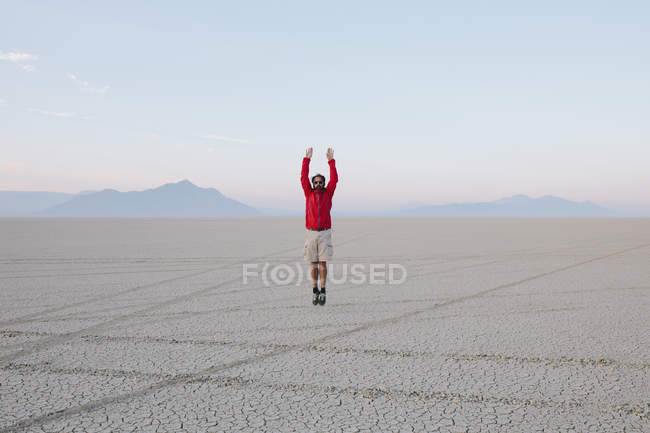 Mann springt in die Luft — Stockfoto