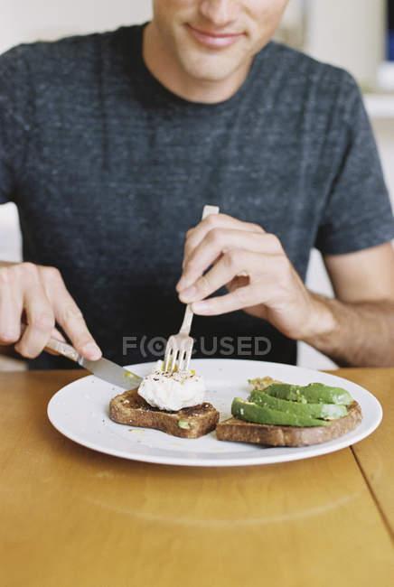 Людина їсть сніданок — стокове фото