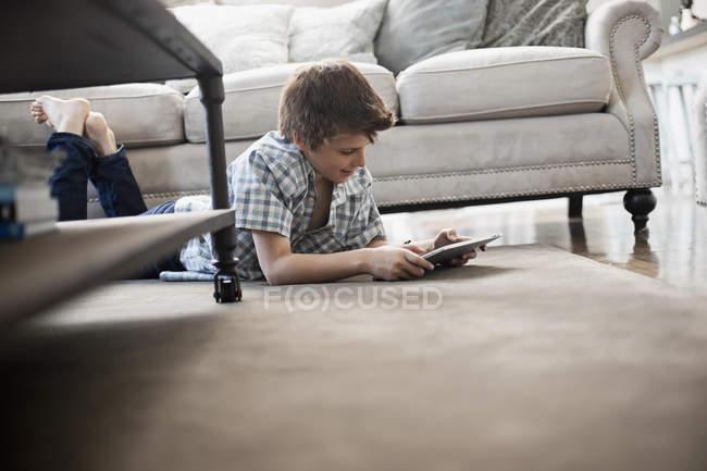 Garçon regardant une tablette numérique . — Photo de stock