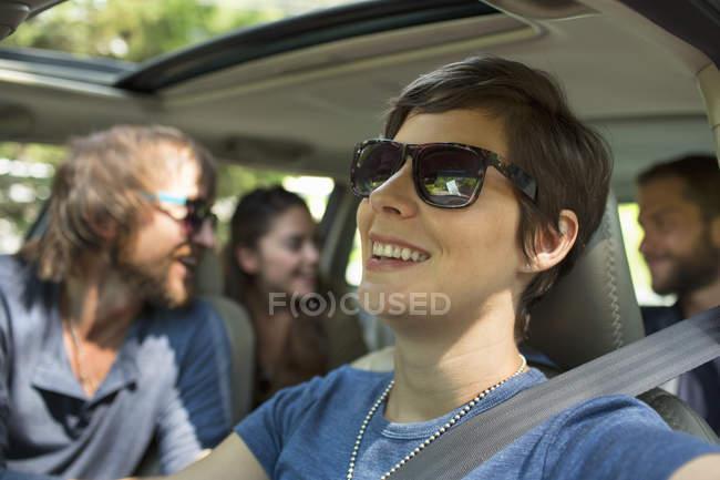 Gruppo di persone all'interno di una macchina — Foto stock