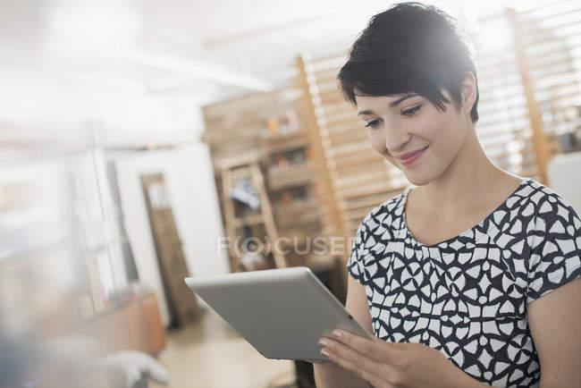 Donna che utilizza un tablet digitale. — Foto stock